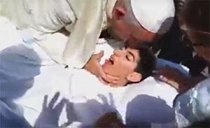 Paus Franciscus kust een gehandicapte